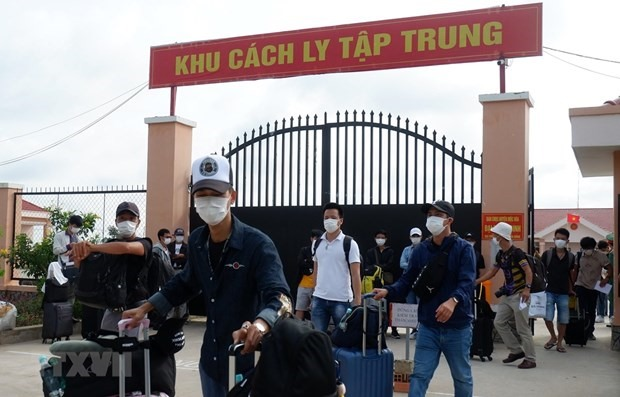 Vietnamese citizens returning from the Philippines leave a concentrated quarantine site after finishing the mandatory quarantine period (Photo: VNA)