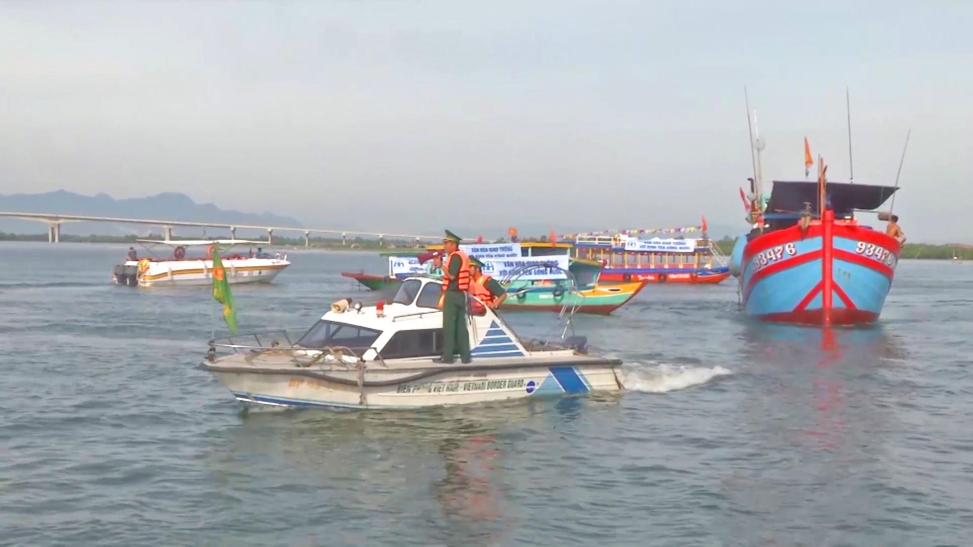 BĐBP tỉnh kêu gọi tàu thuyền vào nơi tránh trú an toàn. Ảnh: HỒNG ANH