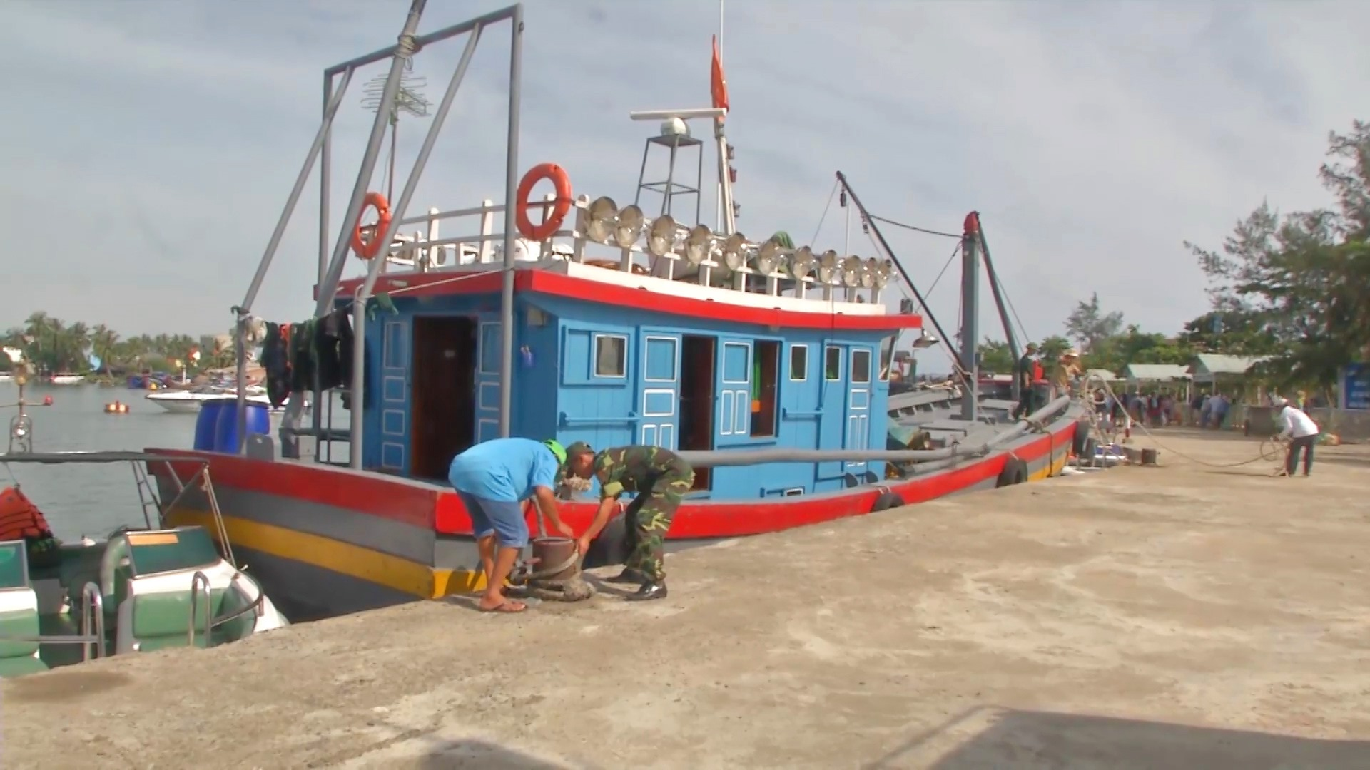Bộ đội Biên phòng giúp nhân dân sắp xếp, neo đậu tàu thuyền. Ảnh: HỒNG ANH