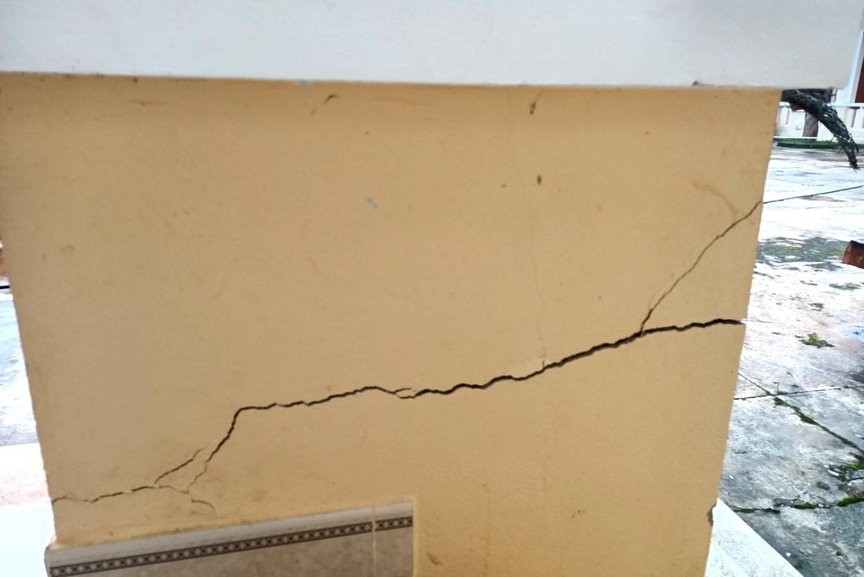 Cận cảnh một vết nứt trên tường bê tông. Ảnh: Đ.N
