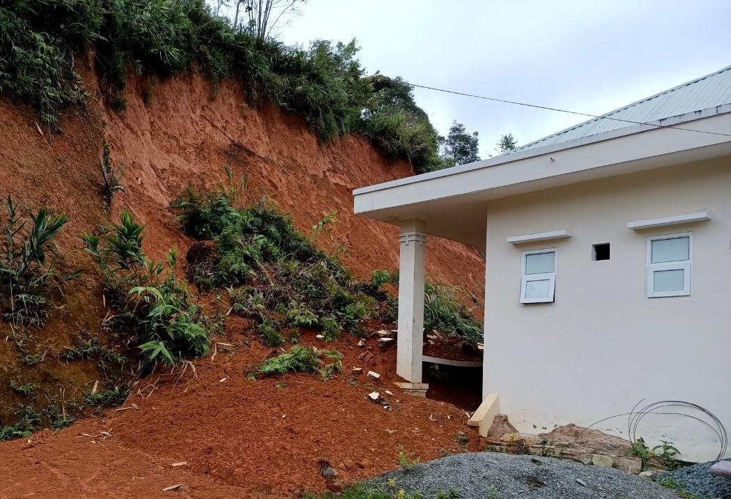 Sạt lở đất khiến nhiều hạ mục công trình của Đồn Biên phòng A Xan bị hư hỏng. Ảnh: Đ.N