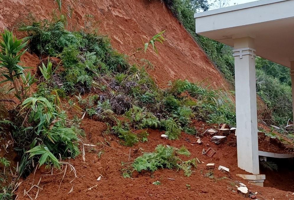 Hàng nghìn khối đất đá từ taluy dương có thể sụp đổ bất cứ lúc nào khiến đe dọa các công trình Đồn Biên phòng A Xan. Ảnh: Đ.N
