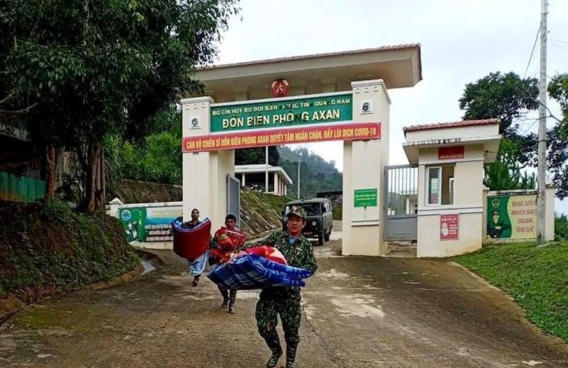 Chiến sĩ khuân vác tư trang cá nhân đến lánh tạm tại Phòng khám Đa khoa quân dân y A Xan. Ảnh: Đ.N