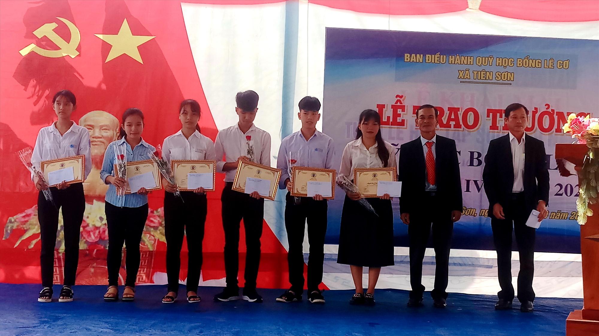 Trao thưởng Quỹ học bổng Lê Cơ cho 13 học sinh, sinh viên xã Tiên Sơn.