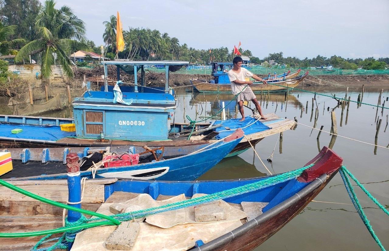 Người dân thôn Thuận An, xã Tam Hải neo đậu tàu thuyền tránh bão. Ảnh: HOÀI AN