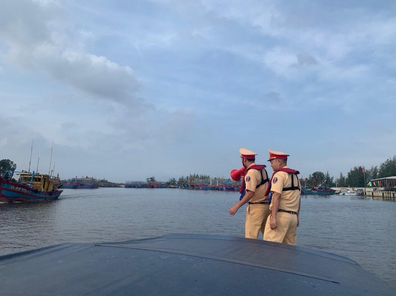 Canô của đơn vị tuần tra, liên tục phát các thông tin khuyến cáo cho ngư dân. Ảnh: T.C