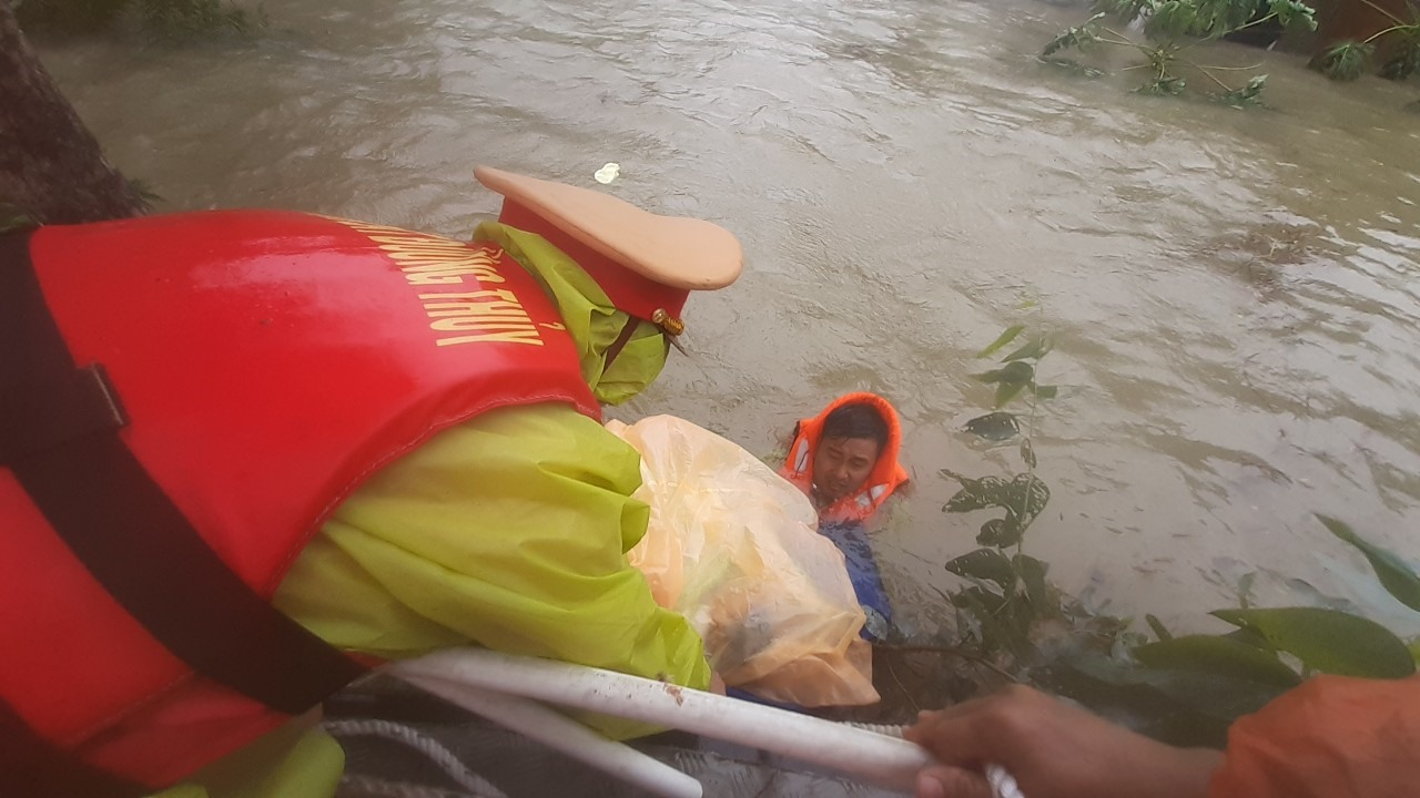 Cảnh sát đường thủy tham gia sơ tán dân trong đợt mưa lớn do ảnh hưởng của bão số 5 vừa qua. Ảnh: T.C