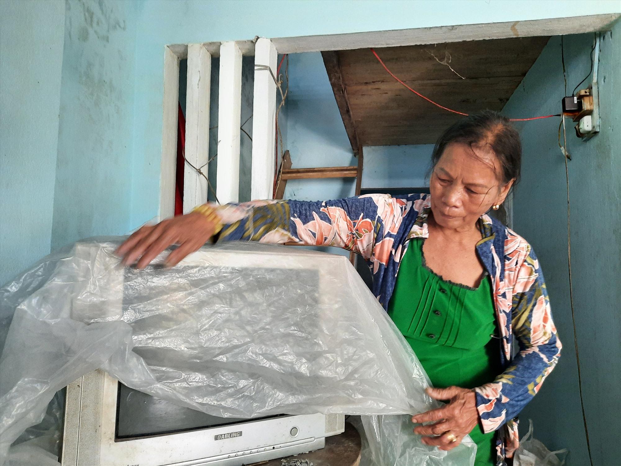 Bà Phạm Thị Hương (thôn Hòa Thượng, xã Tam Thanh) khẩn trương thu dọn vận dụng gia đình để tránh mưa bão gây thiệt hại. Ảnh: HỒ QUÂN
