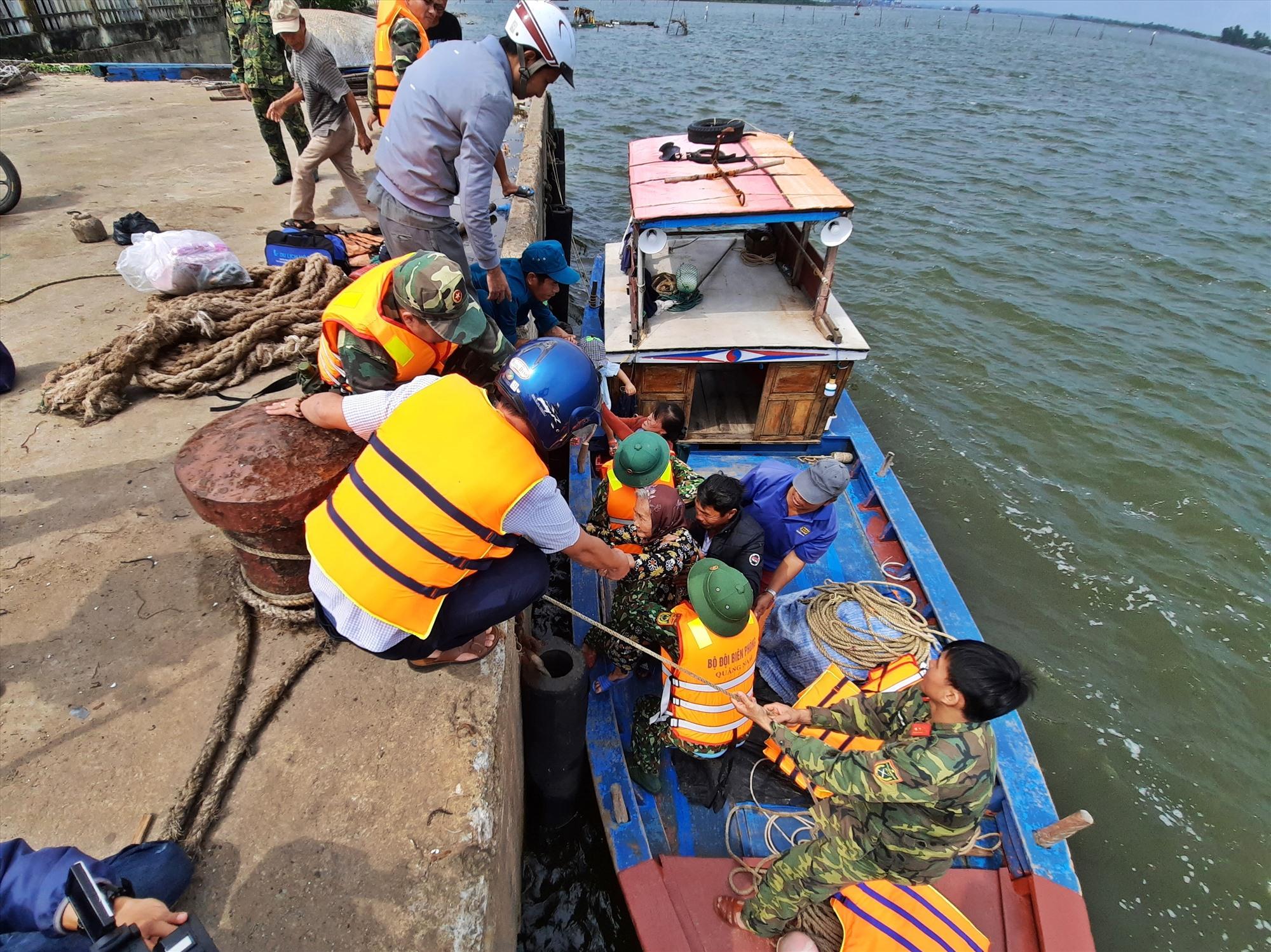 Chính quyền địa phương, quân đội, công an được huy động hỗ trợ người dân xã Tam Hải đến nơi tránh trú bão an toàn. Ảnh: Đ.ĐẠO