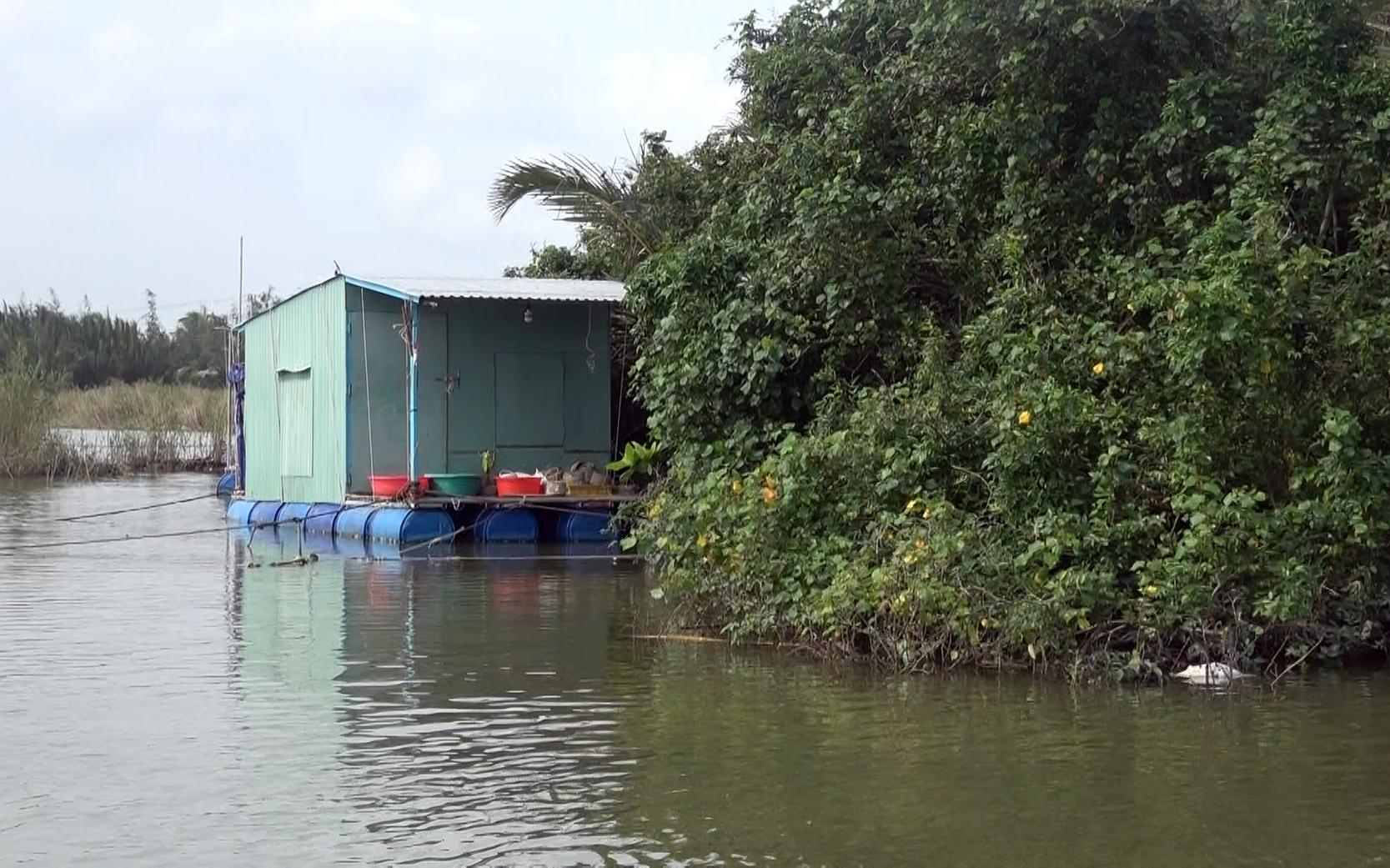 Chủ động di dời các nhà chồ trên các lồng bè nuôi thủy sản vào nơi an toàn để tránh bão. Ảnh: MỸ LỆ