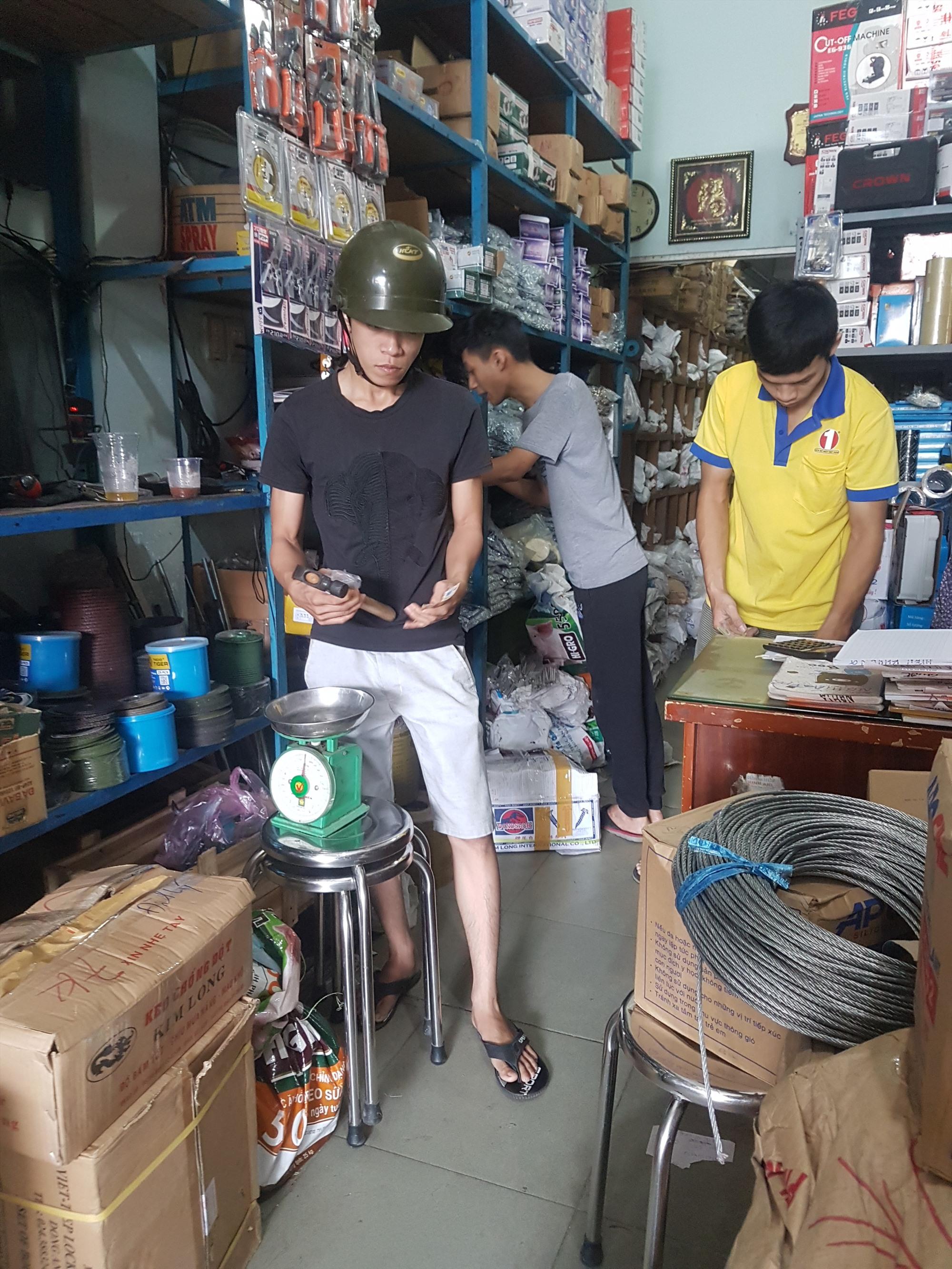 Người dân khẩn trương đi mua dây thép, vật dụng chống bão để chèn chống nhà cửa. Ảnh: D.L