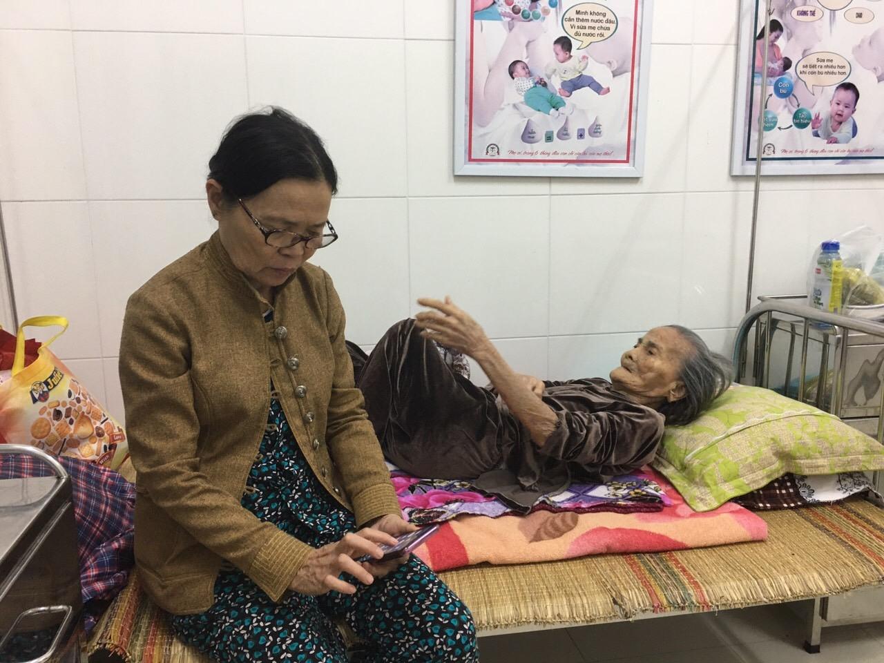Người dân nghỉ ngơi tại Trạm Y tế xã Tam Phước. Ảnh: HẢI CHÂU