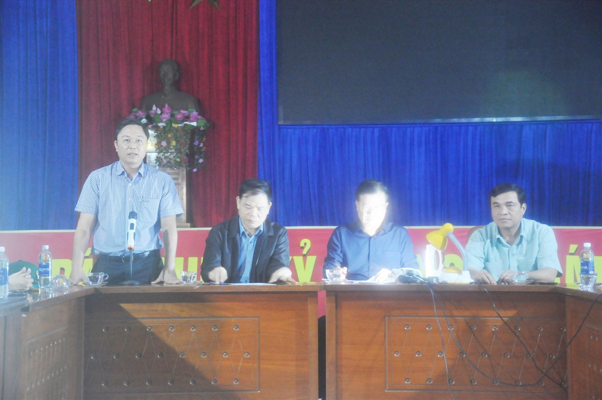 Chủ tịch UBND tỉnh Lê Trí Thanh báo cáo sơ bộ tình hình thiệt hại do cơn báo số 9 với đoàn công tác. Ảnh: N.Đ