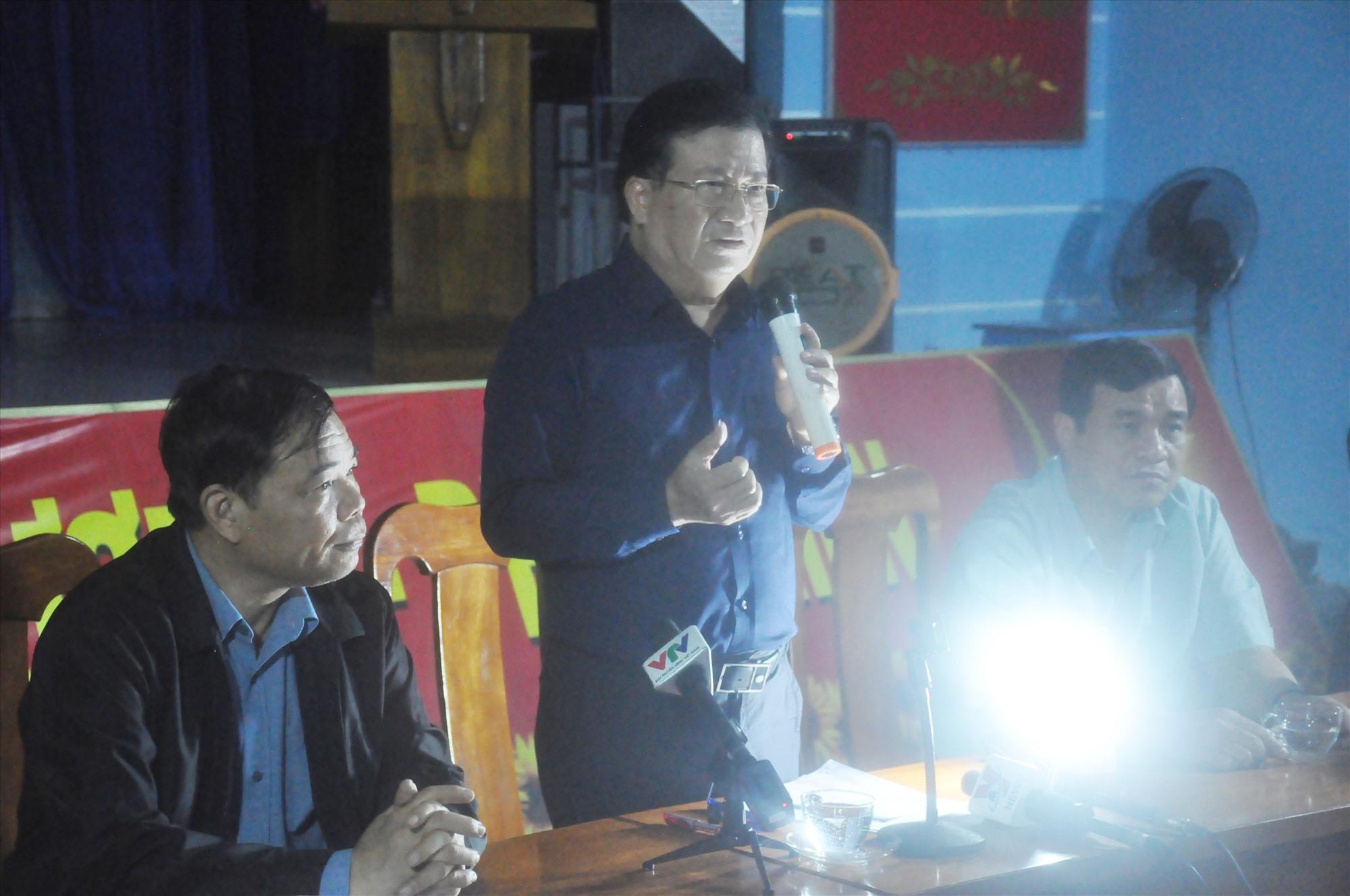 Phó Thủ tướng Trịnh Đình Dũng làm việc với các đồng chí lãnh đạo tỉnh chiều tối nay 28.10. Ảnh: N.Đ