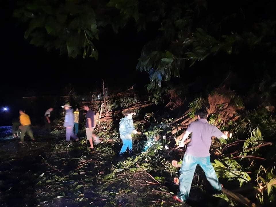 Các lực lượng nỗ lực dọn dẹp cây cối thông tuyến lên Bắc Trà My