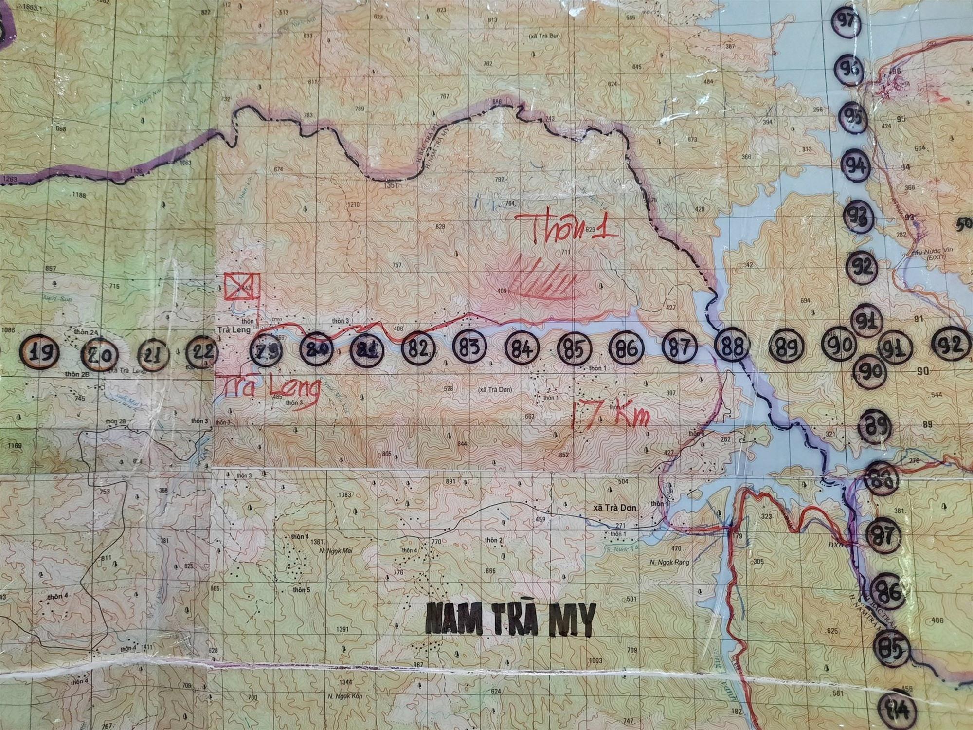 Ảnh: Bản đồ tiếp cận vị trí vụ sạt lở của lực lượng quân sự (vị trí đánh dấu cờ đở trên bản đồ). Ảnh: ĐOÀN ĐẠO - HỒ QUÂN