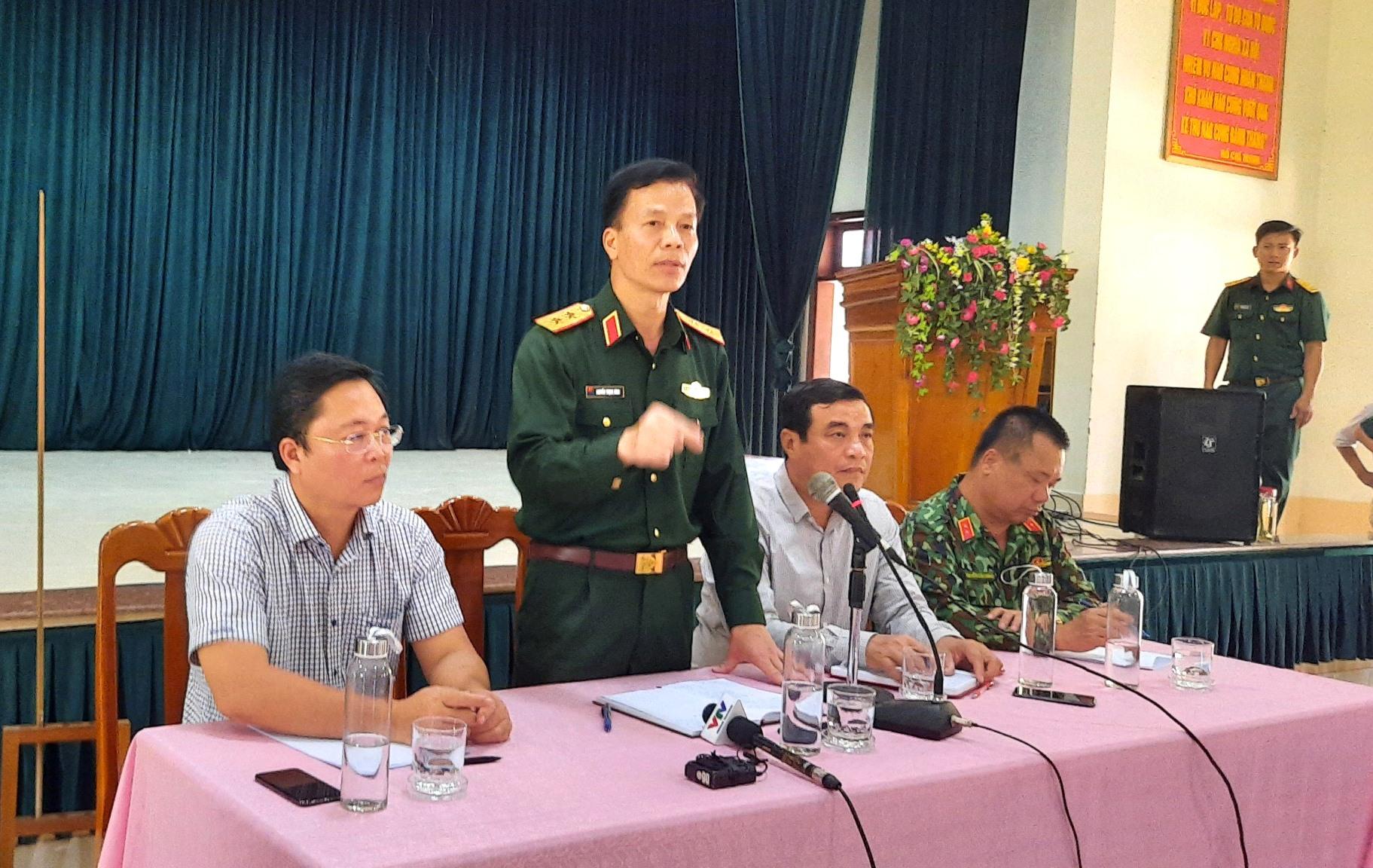 Trung tướng Nguyễn Trọng Bình đang chỉ đạo phương án tìm kiếm cứu nạn. Ảnh: ĐOÀN ĐẠO - HỒ QUÂN