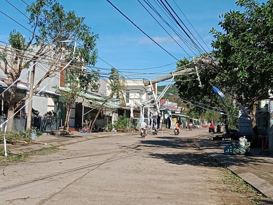 Trụ điện bị ngã đổ ở xã Bình Lâm. Ảnh: LINH NHI - THANH HOA