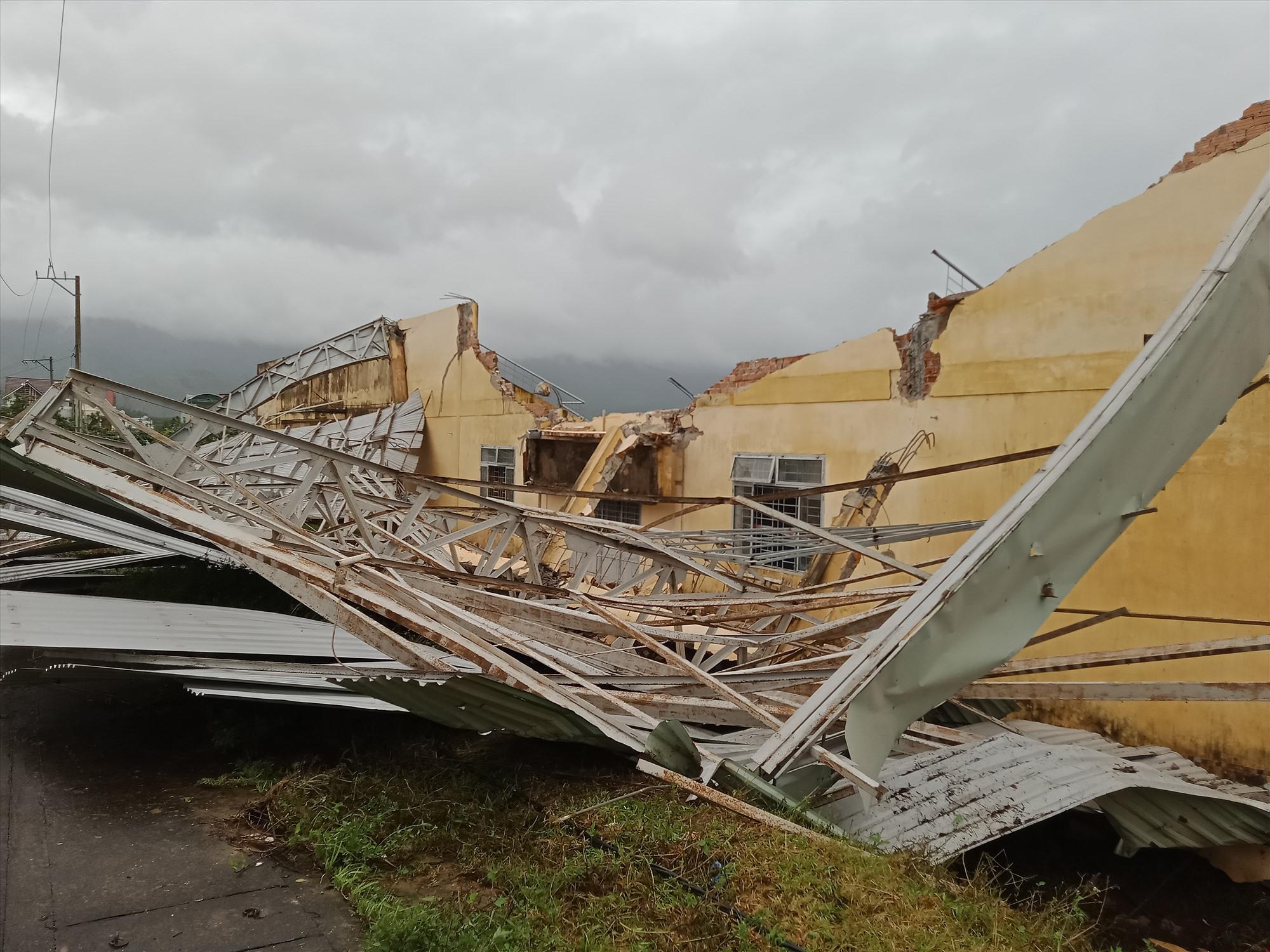Nhà thi đấu đa năng, sân vận động huyện Hiệp Đức bị thiệt hại nghiêm trọng. Ảnh: VĂN MINH