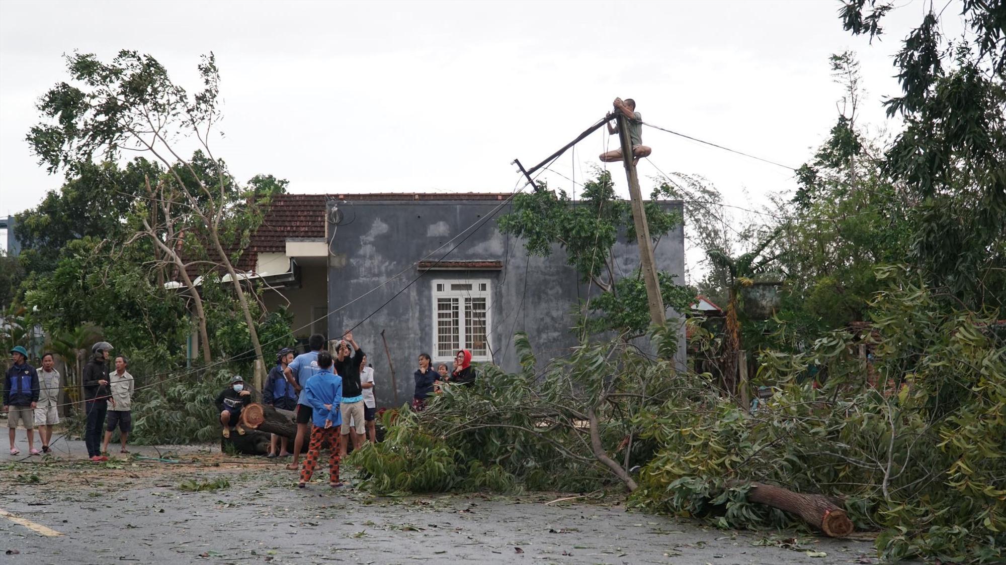 Người dân xã Bình Dương khắc phục hậu quả bão số 9. Ảnh: T.B