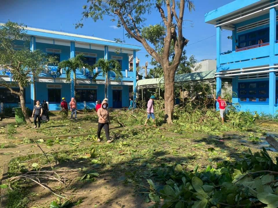 Người dân tập trung dọn dẹp, vệ sinh môi trường tại một trường học ở xã Điện Phương. Ảnh: CTV