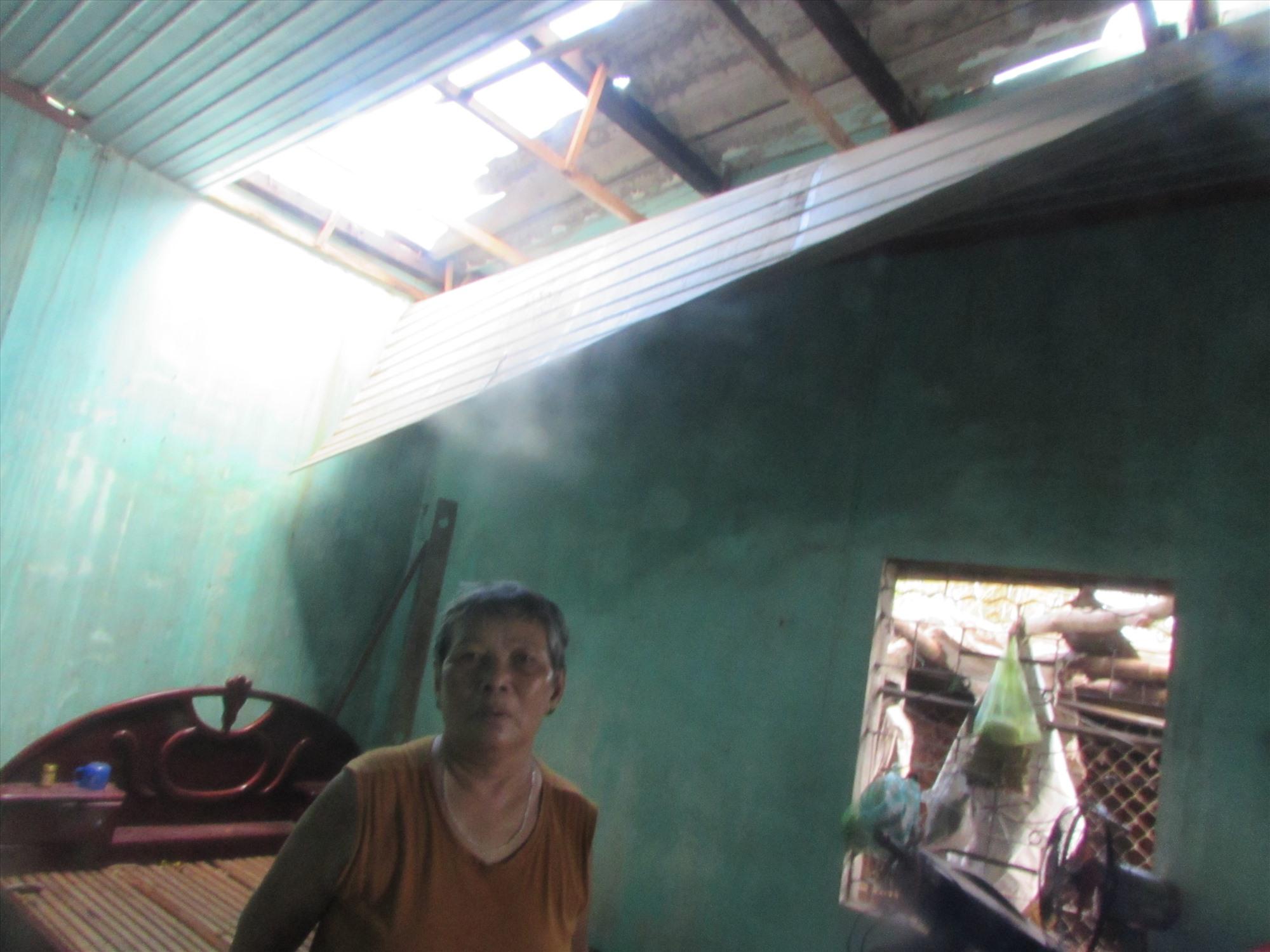 Nhà của một hộ dân ở thị trấn Núi Thành bị tốc mái do bão số 9. Ảnh: Văn Phin