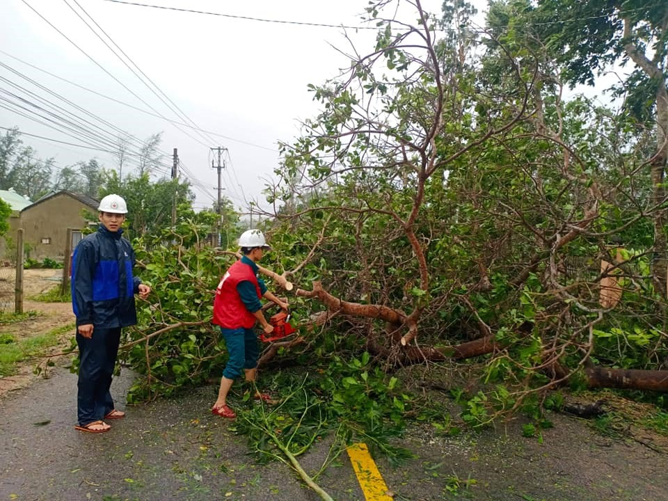 Hội Chữ thập đỏ xã Bình Đào (Thăng Bình) giúp dân dọn đường sau bão. Ảnh: Hội CTĐ tỉnh cung cấp.