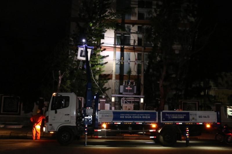 Tính đến 19 giờ tối 28.10, PC Quảng Nam đã  xử lý sự cố, khôi phục cấp điện cho một số xuất tuyến ưu tiên tại TP.Tam Kỳ. Ảnh: ĐẶNG HÙNG