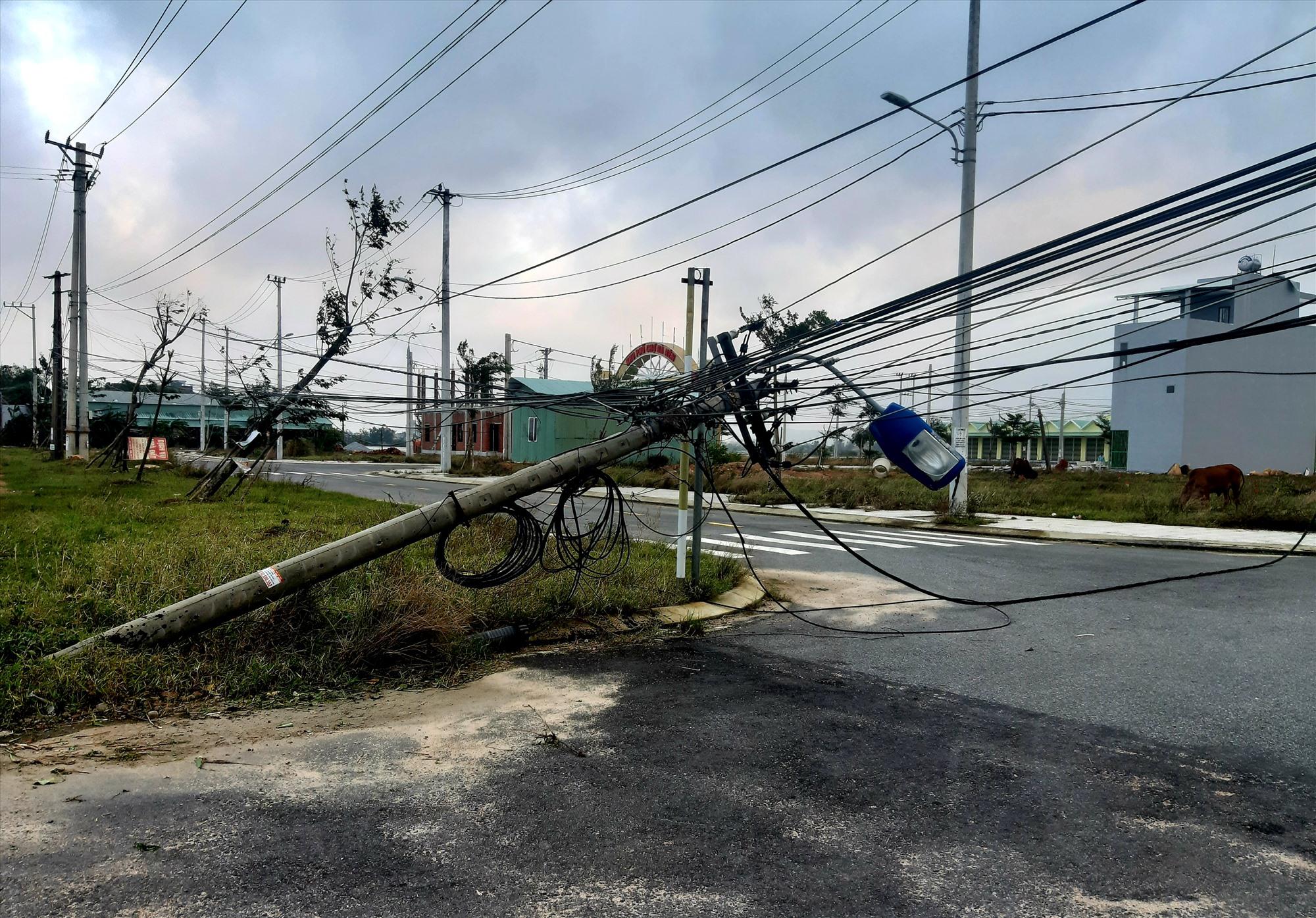 Tính đến cuối giờ chiều 29.10, hệ thống điện ở nhiều nơi của huyện Quế Sơn vẫn chưa thể khắc phục. Ảnh: S.T