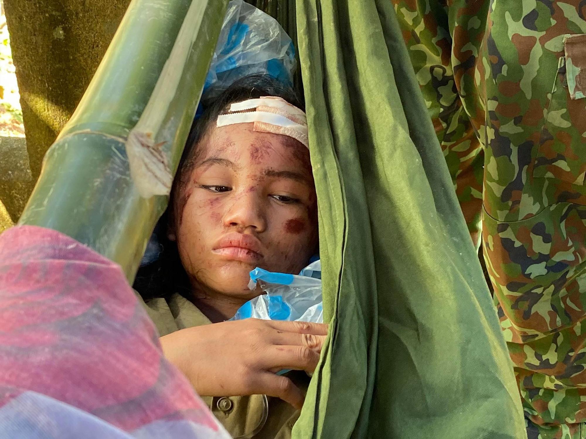 Cháu Hồ Hà My, học lớp 3 được chăm sóc tại bệnh viện dã chiến