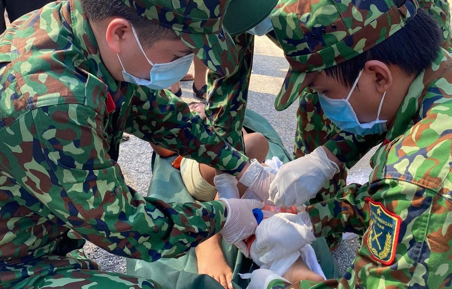 Quân y sơ cứu một bệnh nhân