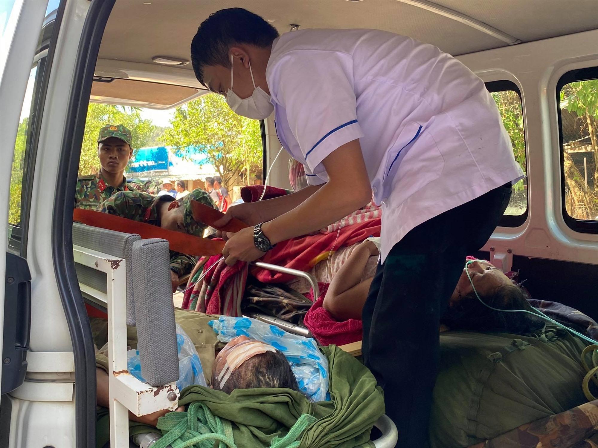 Các bệnh nhân sau khi được sơ cấp cứu tại bệnh viện dã chiến được chuyển lên xe cấp cứu đưa về Trung tâm Y tế huyện Bắc Trà My để điều trị.
