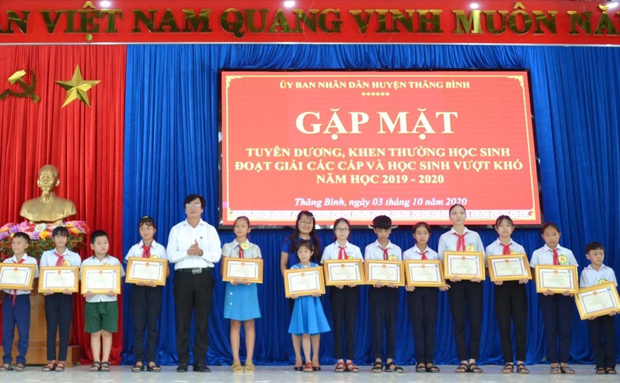 Quang cảnh buổi tuyên dương, khen thưởng 408 học sinh Thăng Bình. Ảnh: VIỆT NGUYỄN