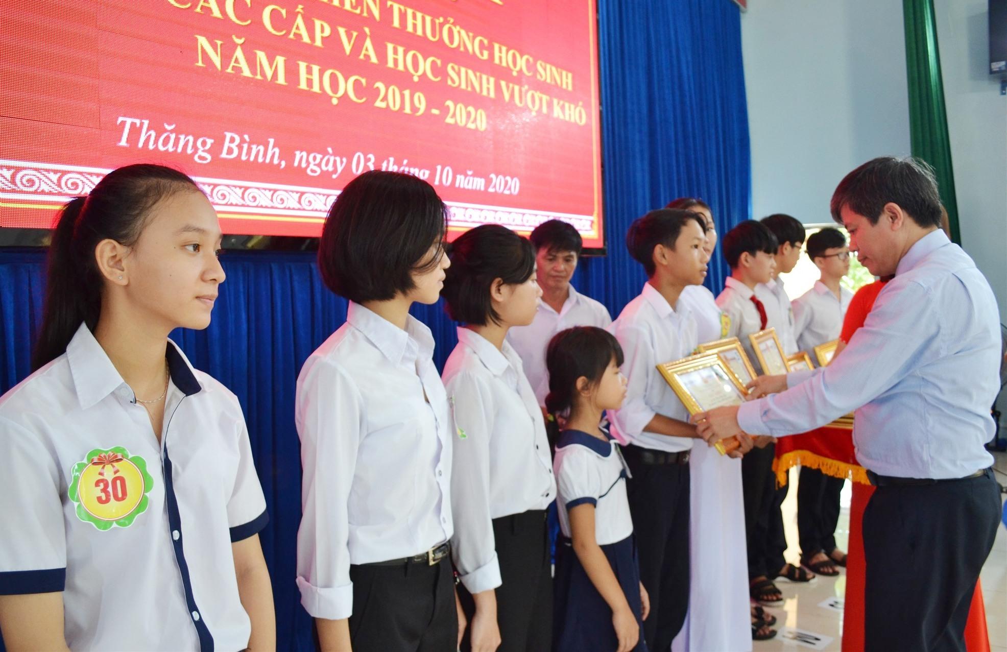 Ông Võ Văn Hùng tuyên dương, khen thưởng học sinh Thăng Bình đã có nhiều thành quả trong học tập. Ảnh: VIỆT NGUYỄN