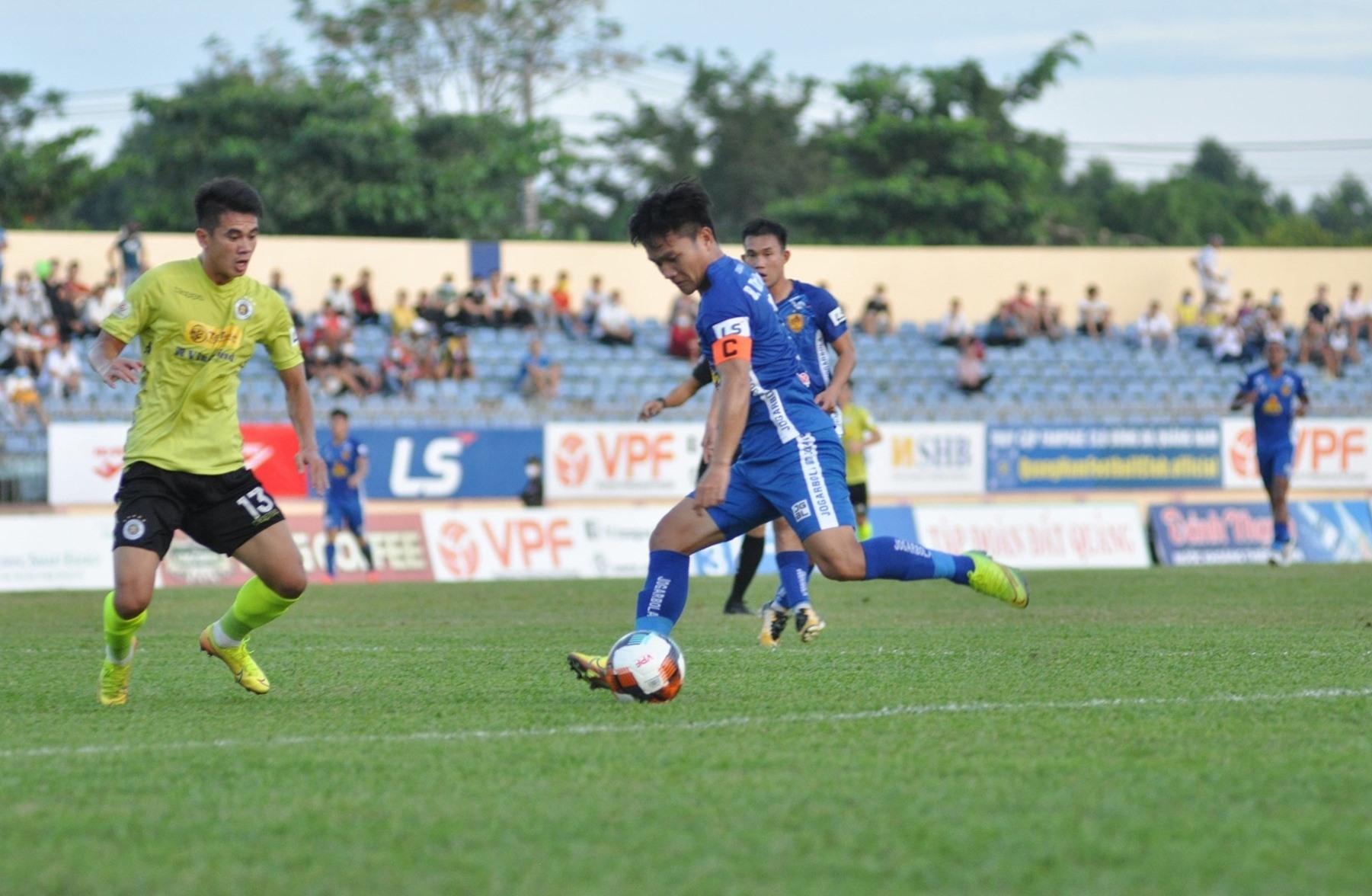 Lịch thi đấu giai đoạn 2 khá khó khăn đối với Thanh Trung (áo xanh) cùng các đồng đội. Ảnh: T.V