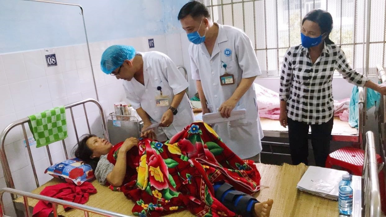 Công đoàn cơ sở Bệnh viện Đa khoa Quảng Nam hỗ trợ bệnh nhân bị thương nặng trong vụ sạt lở tại Trà Leng điều trị tại đơn vị. Ảnh: D.Q.T