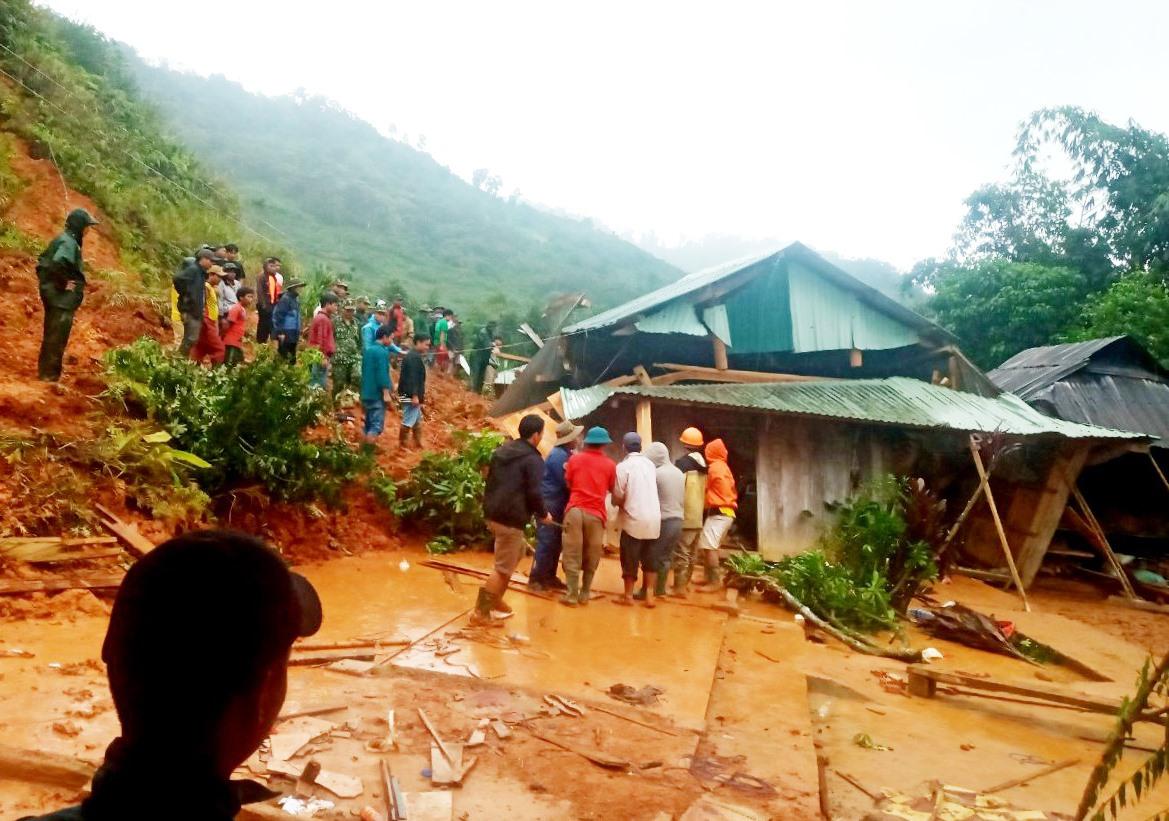 Vụ sạt lở đất tại Ganil (xã A Xan) xảy ra ít giờ sau khi hàng chục người dân được sơ tán. Ảnh: Đ.N