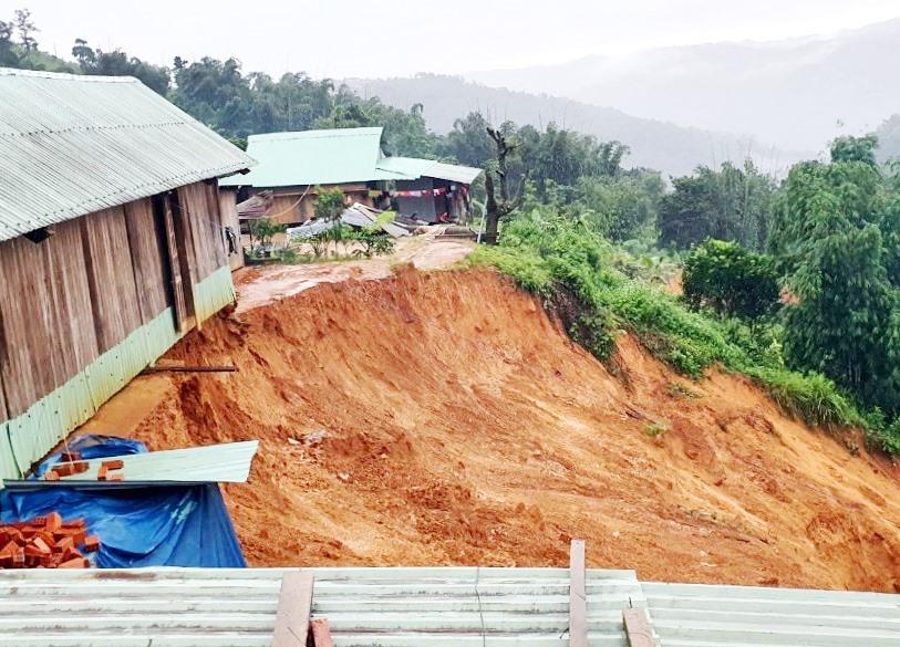 Sạt lở đất uy hiếp nhiều khu tái định cư ở vùng cao. Ảnh: Đ.N