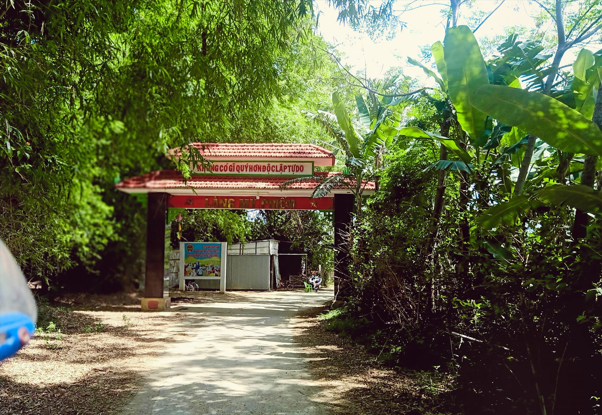 Cổng làng Mỹ Phiếm. Ảnh: HOÀNG LIÊN