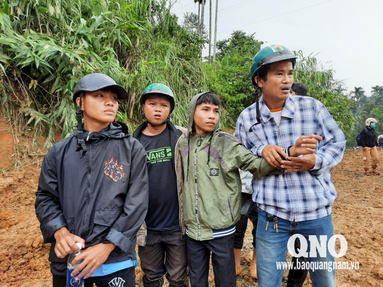 Đây là nhóm học sinh trường phổ thông dân tộc nội trú Nam Trà My - người dân của làng. Các em được giữ lại trường khi có mưa bão. Hôm nay đại diện nhà trường đưa các em về nhà. Nhưng trước mắt chỉ là cảnh tượng hoang tàn