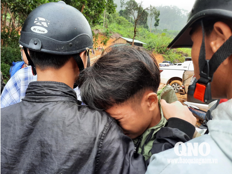 Em Lê Thanh Tú, con trai Bí thư Đảng ủy xã Trà Leng Lê Hoàng Việt từ trường học trở về nhà nhưng nhà cửa bị vùi lấp, cha vẫn đang mất tích.