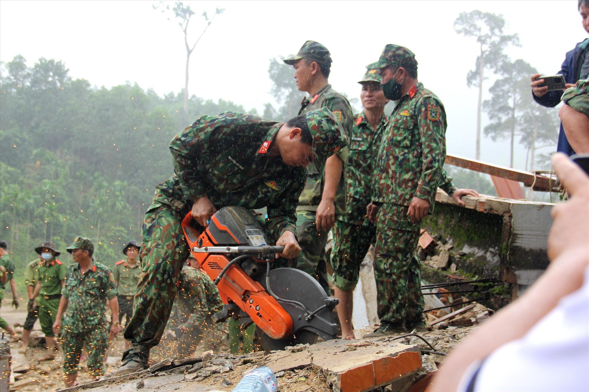 Các chiến sĩ dùng cưa máy để cưa một mảng bê tông. Ảnh: P.V