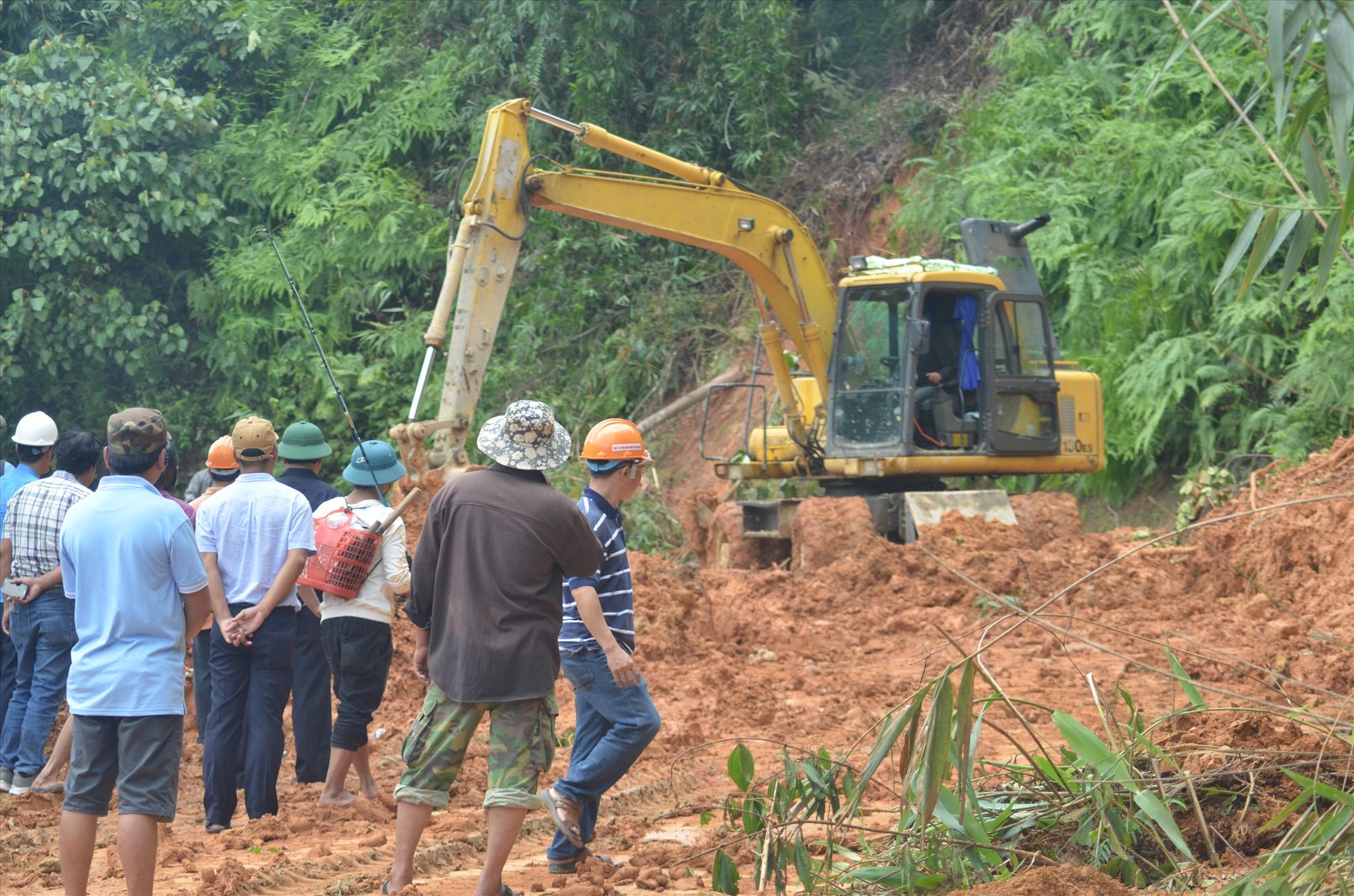 Sạt lở đất trên quốc lộ 40, đoạn qua xã Trà Dơn (Nam Trà My)