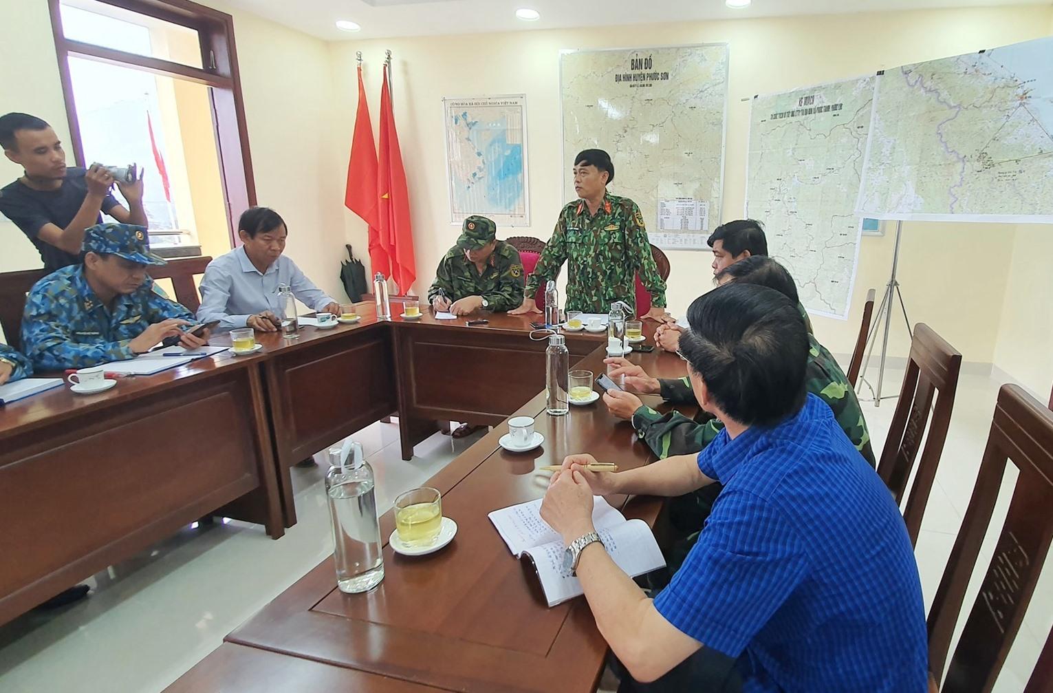 Thượng tá Lê Trung Thành yêu cầu triển khai song song hai phương án tiếp tế đường bộ và đường hàng không. Ảnh: T.C