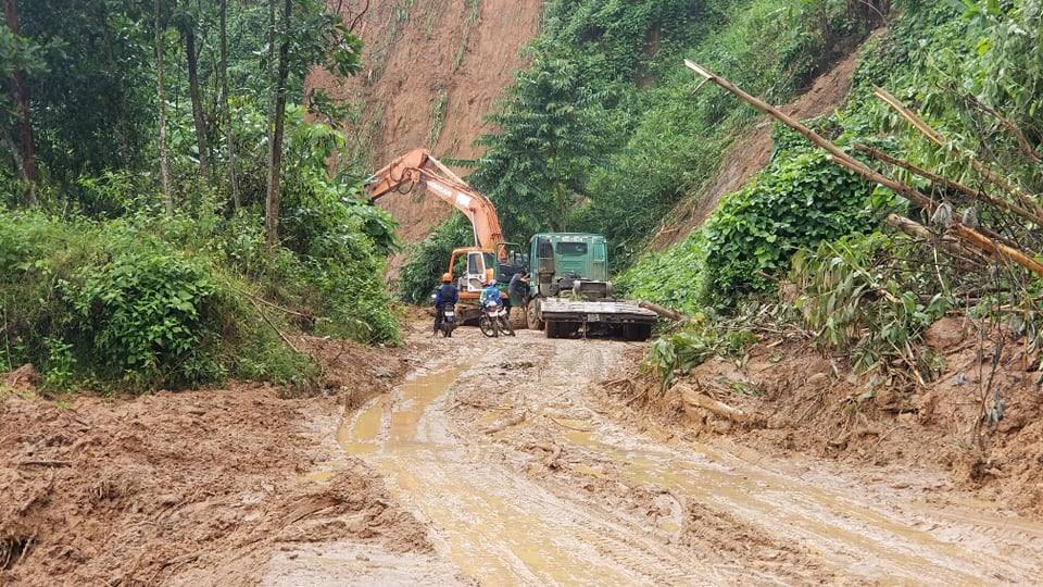 Mưa kéo dài ảnh hưởng đến việc khơi thông tuyến đường vào xã Phước Thành, Phước Lộc.
