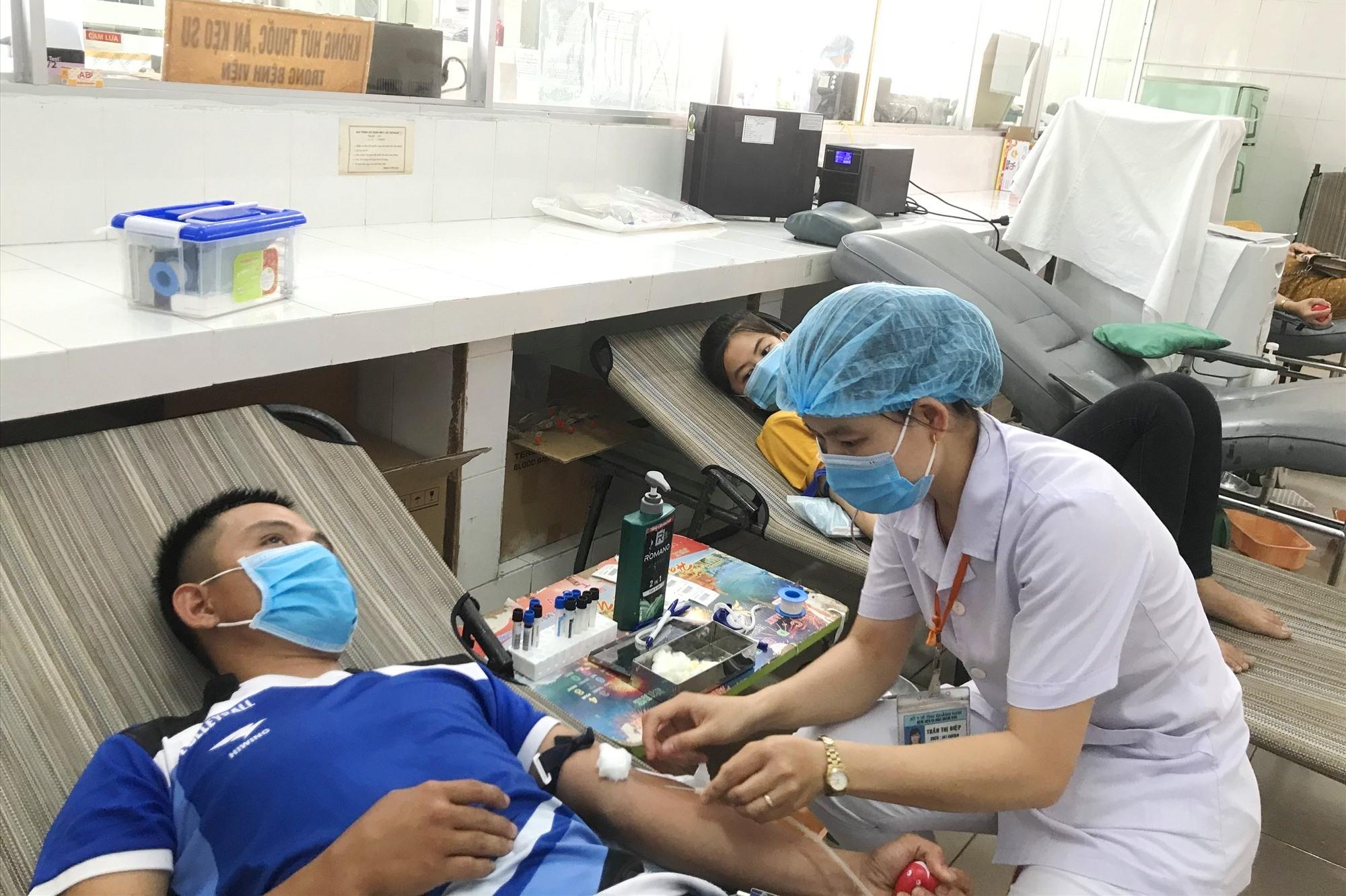 Hiến máu tình nguyện tại Bệnh viện Đa khoa Quảng Nam mùa dịch Covid vừa qua. Ảnh: C.N