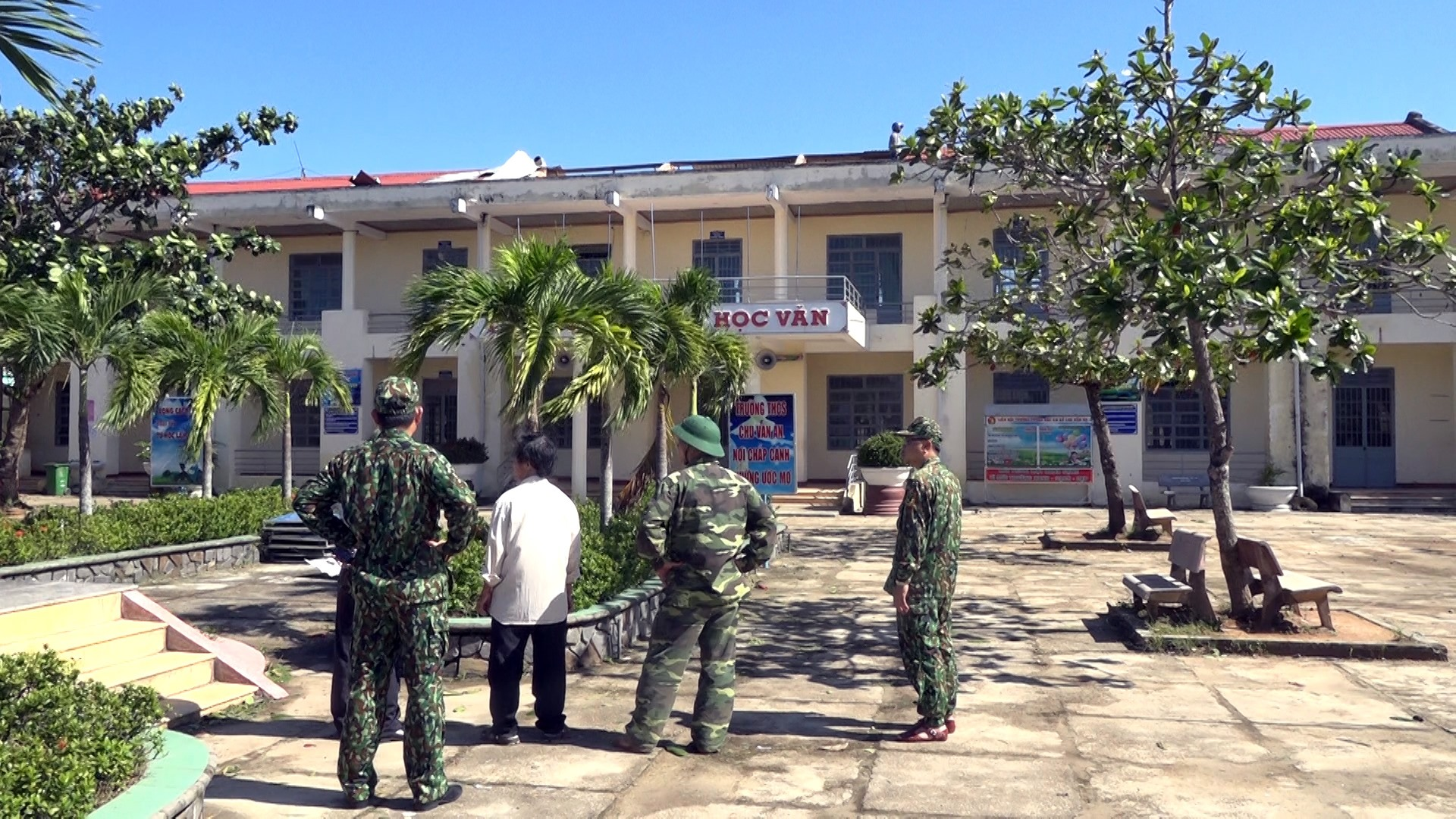 Trường THCS Chu Văn An (Bình Sa) có 5 phòng học bị tốc mái. Ảnh: M.T