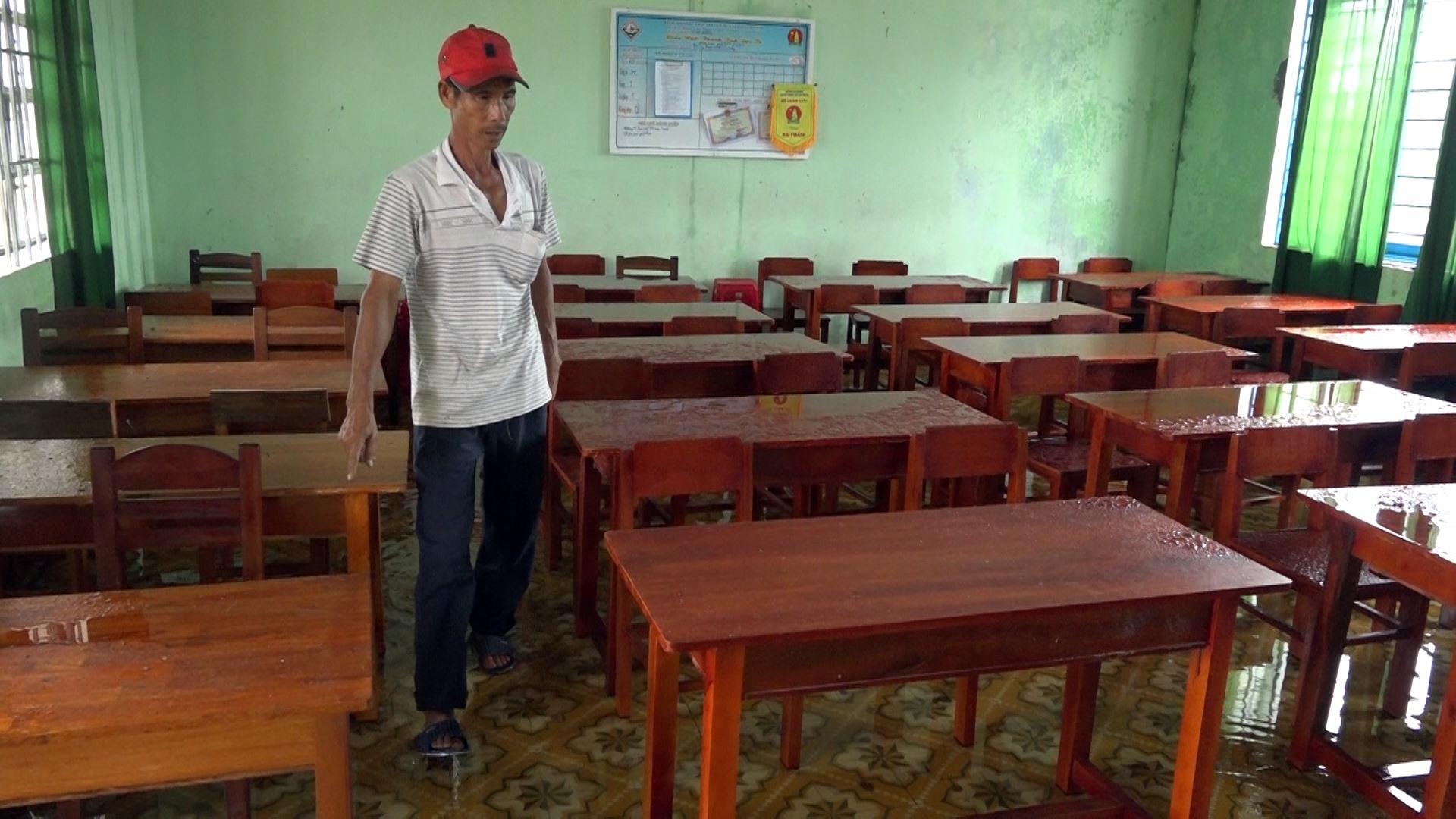 Trường THCS Chu Văn An chưa khắc phục được, sáng ngày 31.10 trời mưa, nước đổ xuống nhiều phòng học. Ảnh: M.T