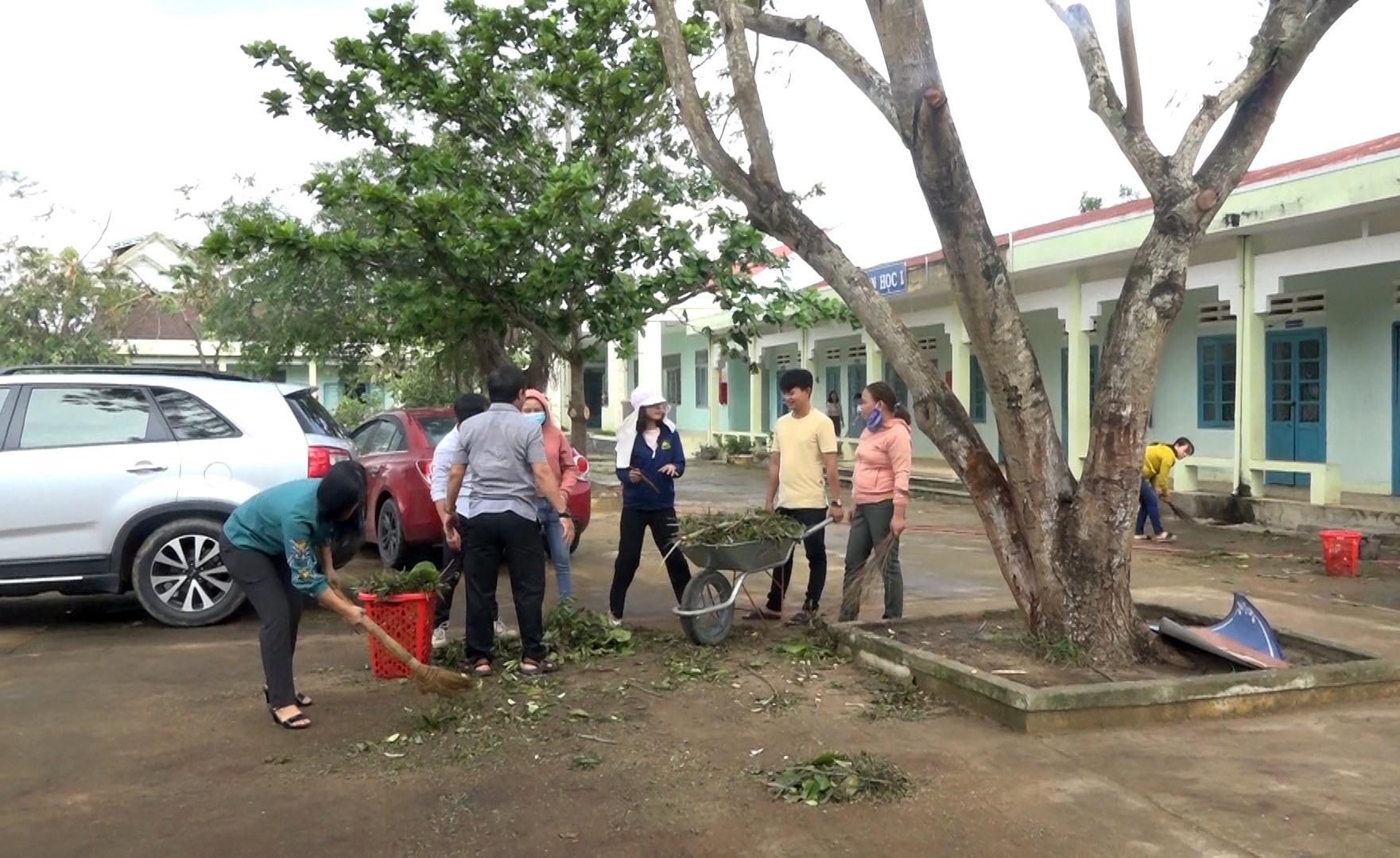 Các thầy, cô giáo và phụ huynh trường TH Võ Thị Sáu (Bình An) khẩn trương dọn vệ sinh để đón học sinh đi học trở lại. Ảnh: M.T