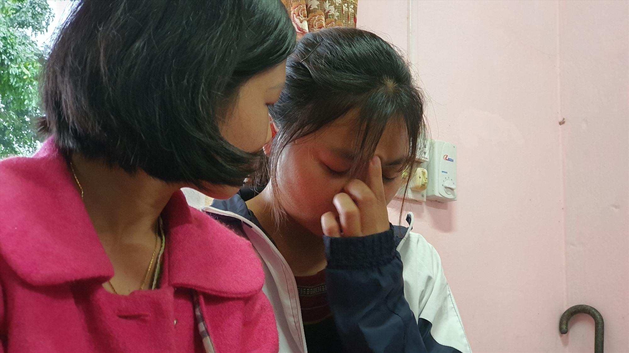 Dù cô Quỳnh Ly (trái) đã theo sát, động viên suốt nhiều ngày nay, nhưng Hồ Thị Sơ vẫn khóc. Ảnh: T.C